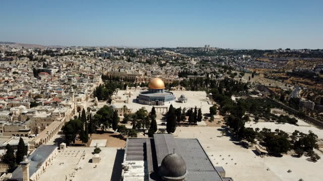 vídeos de stock e filmes b-roll de aerial view of al-aqsa mosque, temple mount and dome of the rock/ jerusalem old city dolly shot - israel