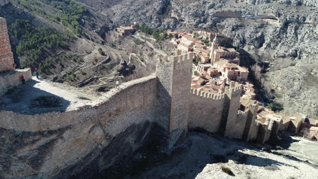 vídeos y material grabado en eventos de stock de aerial view of albarracin medieval village. a woman walks on the walls - comunidad autónoma de aragón
