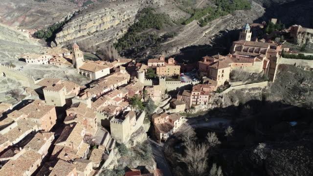vídeos y material grabado en eventos de stock de aerial view of albarracin medieval village - comunidad autónoma de aragón