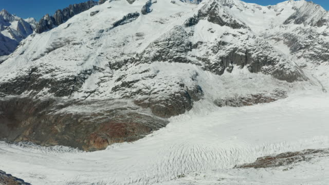 vidéos et rushes de aerial view of aletsch glacier and mountains in switzerland. swiss alps. mountain tops in snow. - panoramique