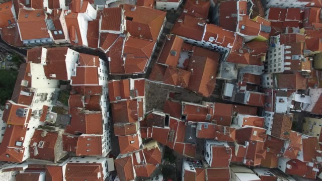 aerial view of alfama, lisbon, portugal - arco architettura video stock e b–roll