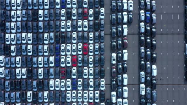 vídeos y material grabado en eventos de stock de aerial view of aligned cars in industrial harbor - repetición