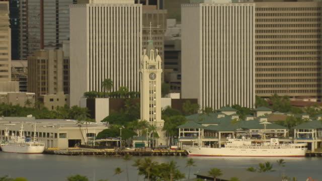 vídeos de stock e filmes b-roll de aerial view of aloha tower and honolulu skyscrapers on oahu, hawaii. - aloha