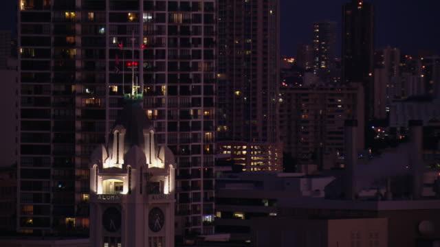 vídeos de stock e filmes b-roll de aerial view of aloha tower at night, honolulu, hawaii. - aloha