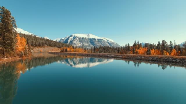 遠くに雪を頂いた山と高山の川の航空写真 - カナダ点の映像素材/bロール
