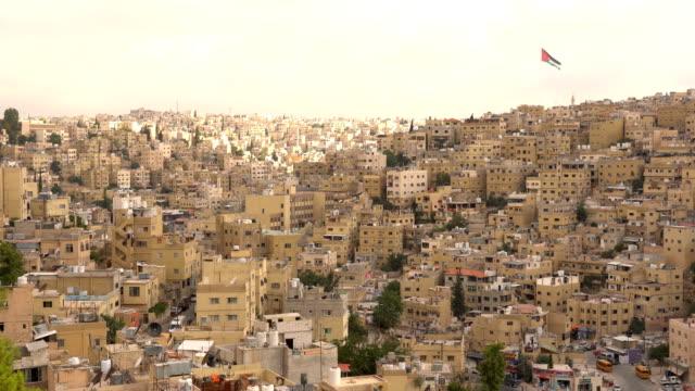 vídeos de stock, filmes e b-roll de vista aérea da cidade de amã, capital da jordânia - colina