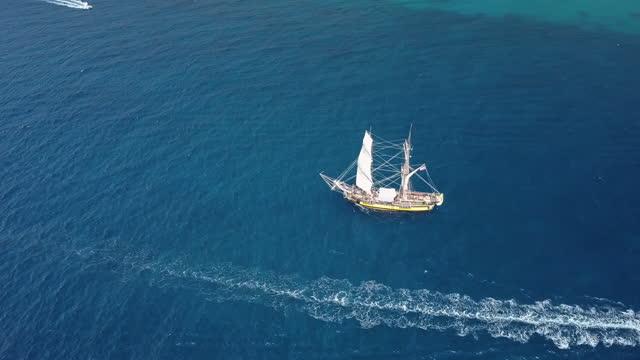 vídeos y material grabado en eventos de stock de vista aérea de un antiguo velero sobre aguas azules - embarcación de pasajeros