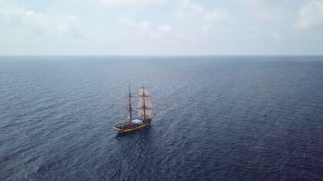 luftaufnahme eines alten segelschiffs über blauem wasser - passagierschiff stock-videos und b-roll-filmmaterial