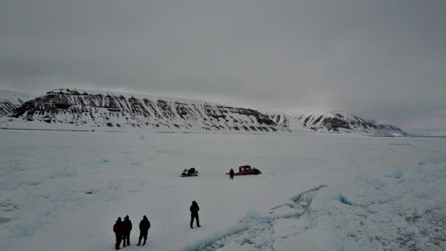 stockvideo's en b-roll-footage met aerial view of an expedition team at the ice floe edge, admiralty inlet, baffin island, canada. - noordelijke grote oceaan