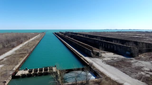 vídeos de stock, filmes e b-roll de aerial view of an old boat dock in the south chicago area of illinois - lago michigan