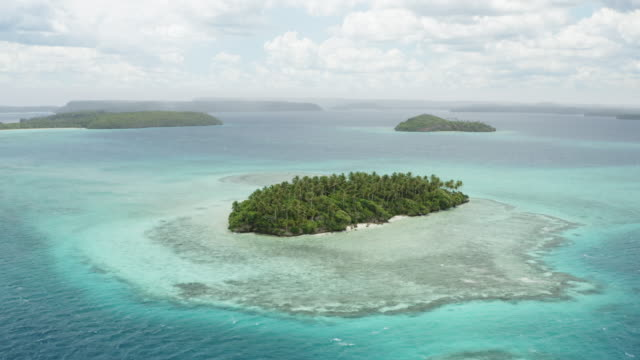 aerial view of an uninhabited pacific island - clima tropicale video stock e b–roll