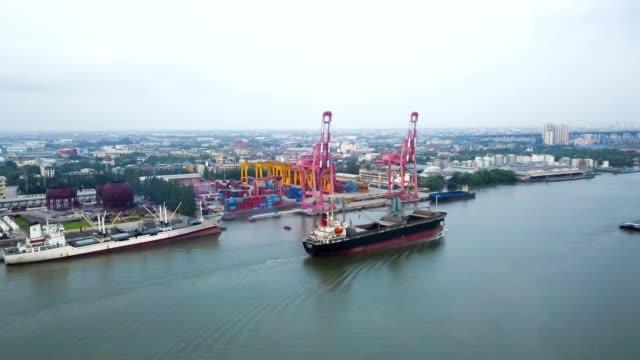 stockvideo's en b-roll-footage met luchtfoto van verankerde olietanker schip in de chao phraya rivier - binnenschip