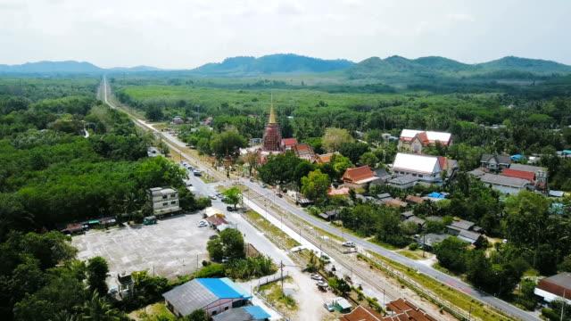 luftaufnahme des antiken tempel wat chang hai in pattani provinz in thailand - feierliche veranstaltung stock-videos und b-roll-filmmaterial