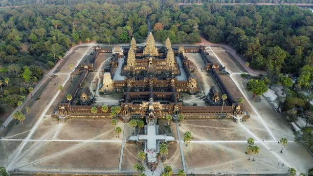 vídeos de stock e filmes b-roll de aerial view of angkor wat temples, siem reap, cambodia - ponto turístico internacional