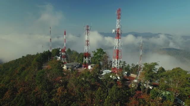 vista aerea di antenna di comunicazione - torre delle telecomunicazioni video stock e b–roll