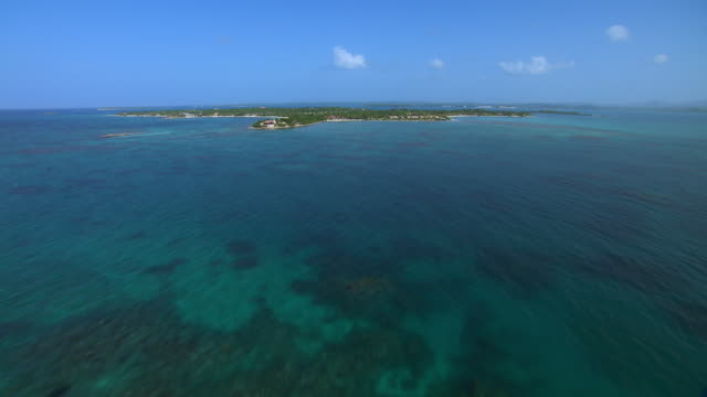vidéos et rushes de aerial view of antigua's long island in the caribbean sea. - antilles occidentales