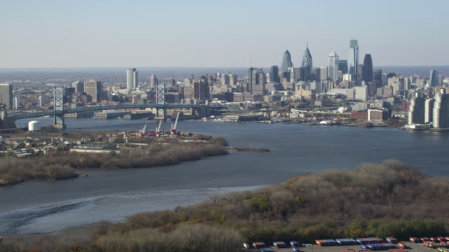 stockvideo's en b-roll-footage met aerial view of approach to philadelphia and the benjamin franklin bridge. shot in 2011. - benjamin franklin bridge
