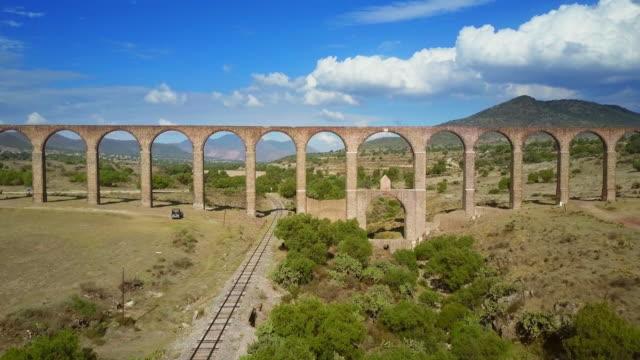 vídeos de stock e filmes b-roll de aerial view of aqueduct of padre tembleque in mexico - méxico