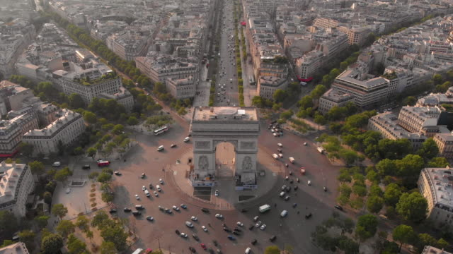 aerial view of arc de triumphe - arco architettura video stock e b–roll