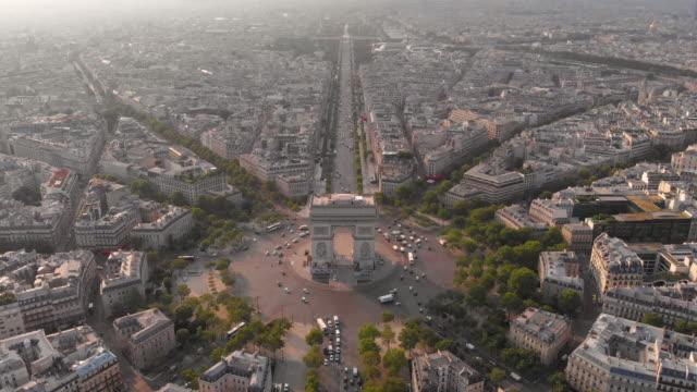 stockvideo's en b-roll-footage met luchtfoto van arc de triumphe - triomfboog