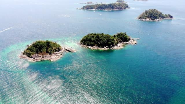 luftaufnahme des archipels im tropischen meer auf der insel der lippe - leidenschaft stock-videos und b-roll-filmmaterial