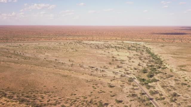 vídeos de stock, filmes e b-roll de vista aérea da paisagem árida do deserto - deserto de kalahari
