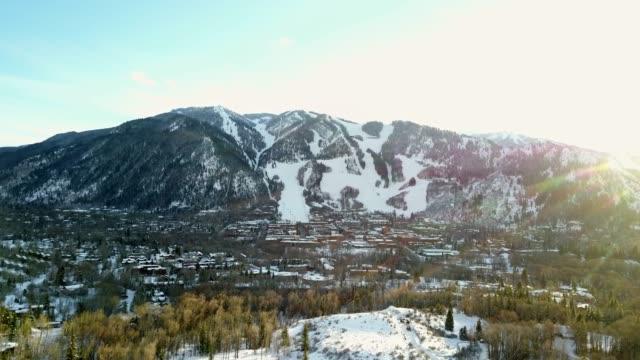 vídeos y material grabado en eventos de stock de vista aérea de aspen, colorado en el invierno - centro de esquí