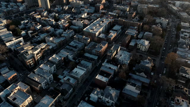 aerial view of astoria, queens at sunset - ニューヨーク市クイーンズ区点の映像素材/bロール