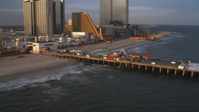 vídeos y material grabado en eventos de stock de aerial view of atlantic city boardwalk by trump taj mahal. shot in 2011. - bulevar