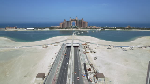 vídeos y material grabado en eventos de stock de aerial view of atlantis, the palm, a luxury resort on the palm jumeirah in dubai, with the palm monorail. - atlantis