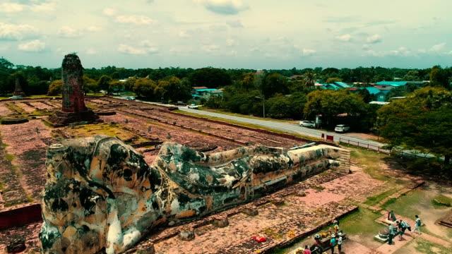 vidéos et rushes de vue aérienne du temple antique de ville d'ayudhaya - antenne individuelle