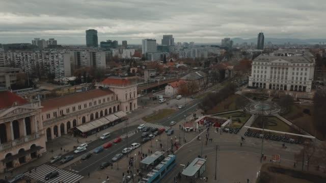 vídeos y material grabado en eventos de stock de vista aérea de la plaza ban jelacic en el centro de zagreb, croacia en un día nublado - plaza