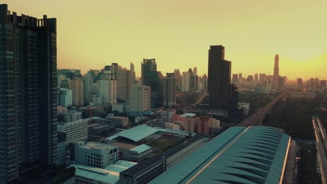 Luftaufnahme der Stadt Bangkok am Abend