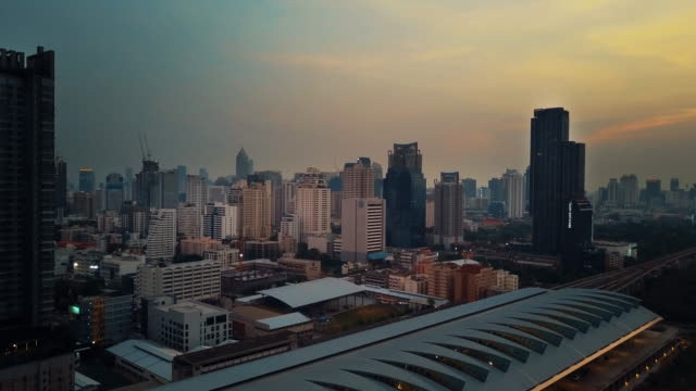 luftaufnahme der stadt bangkok am abend - bahngleis stock-videos und b-roll-filmmaterial
