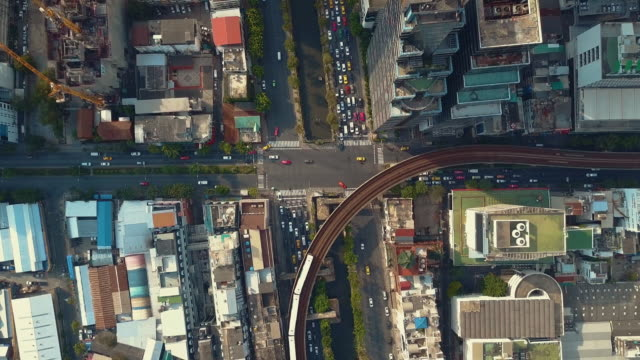 stockvideo's en b-roll-footage met luchtfoto van bangkok city street - financieel district