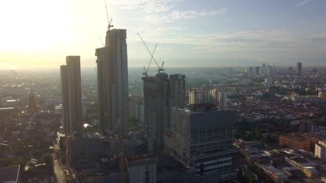 vidéos et rushes de vue aérienne de la ville de bangkok avec péage, sky train, le chantier de construction et rivière - gratte ciel