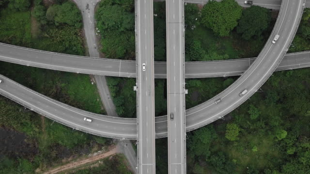 vídeos de stock e filmes b-roll de 4k: aerial view of bangkok highway - parque natural