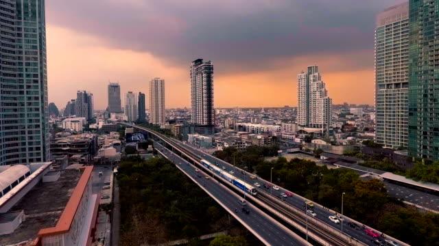 Luftaufnahme von Bangkok Wolkenkratzer in der Abenddämmerung