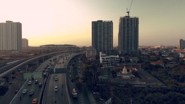 バンコク交通およびタイの建物の空中写真 - クワッドコプター点の映像素材/bロール