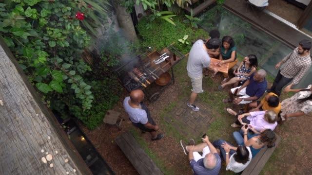vidéos et rushes de vue aérienne du barbecue party - barbecue jardin