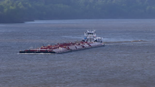 vidéos et rushes de aerial view of barge floating on mississippi river near eudora, arkansas, united states of america - remorqueur