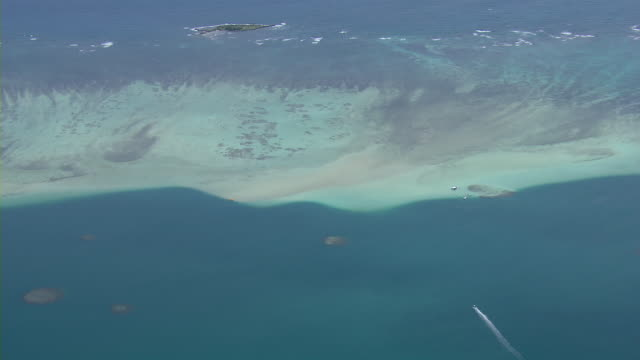 stockvideo's en b-roll-footage met aerial view of barrier reef in kaneohe bay off the coast of oahu, hawaii. - oahu