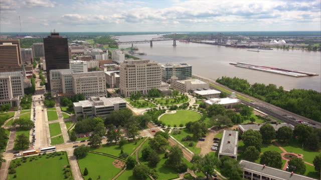 aerial view of baton rouge, louisiana and the mississippi river - baton rouge stock-videos und b-roll-filmmaterial