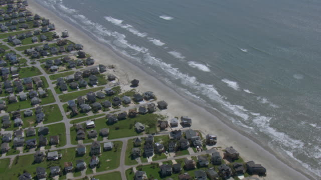 vidéos et rushes de aerial view of beach houses on the gulf coast in galveston, texas. - gulf coast states