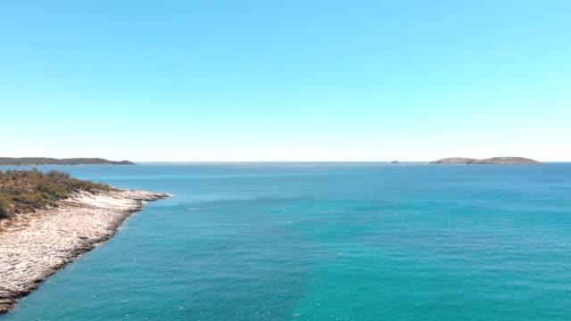 ギリシャの島の美しいビーチ、ターコイズブルーの海と海岸線の空中写真 - 地中海点の映像素材/bロール