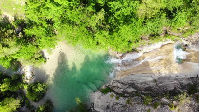 stockvideo's en b-roll-footage met aerial view of beautiful emerald green color pools in the catalan pyrenees river. pozas de color esmeralda en los pirineos catalanes a vista de drone. - verwonderingsdrang