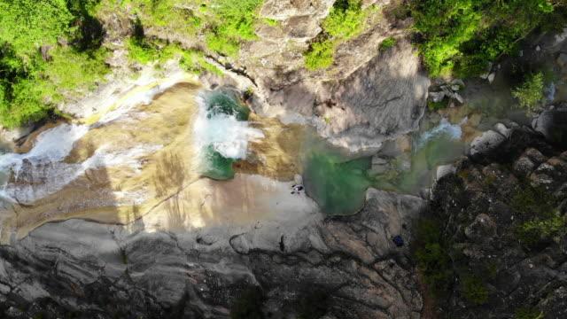 stockvideo's en b-roll-footage met aerial view of beautiful emerald green color pools in the catalan pyrenees river. pozas de color verde esmeralda en los pirineos catalanes ha vista de drone. - verwonderingsdrang