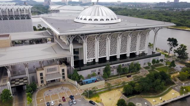 aerial view of beautiful federal government mosque - tuanku mizan zainal abidin mosque or iron mosque, putrajaya,malaysia - putrajaya stock videos & royalty-free footage