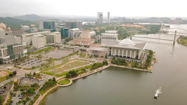 美しい連邦政府モスク - トゥアンク mizan ザイナル ・ アビディン モスクまたは鉄モスク、プトラジャヤ、マレーシアの空撮 - クアラルンプール点の映像素材/bロール