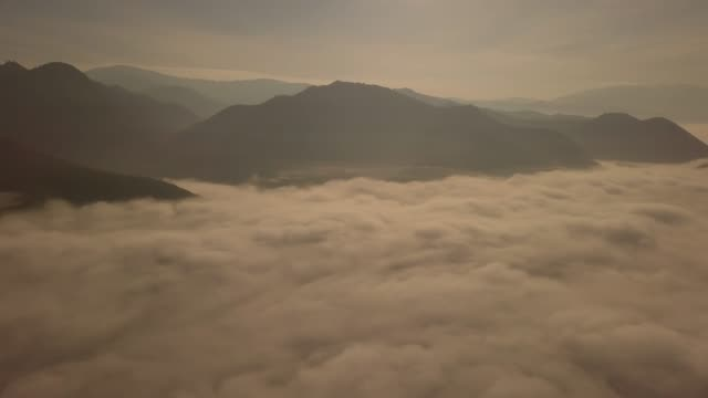 4k: aerial view of beautiful foggy sunrise, thailand. - terreno accidentato video stock e b–roll